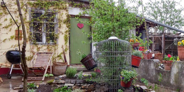 Kunst: Malerischer Garten mit Dekoration