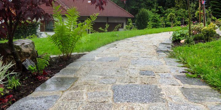 Stein: Weg mit Natursteinpflaster