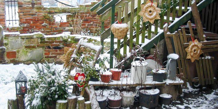 Kunst: Dekoelemente in winterlichem Garten