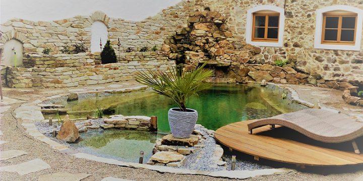 Schwimmteich – Planung und Gestaltung eines naturnahen Schwimmteiches, Integration in bestehende alte Bausubstanz