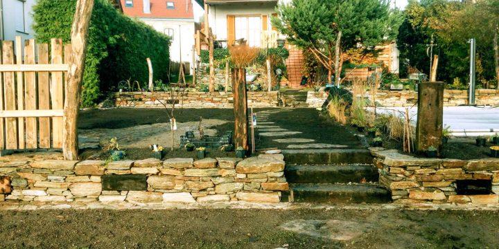 Stein/Holz: Anlage eines Terrassengartens