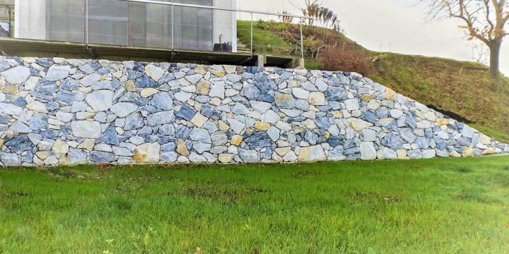 Stein: Umsetzung einer Stützmauer in einem privaten Garten