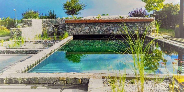 Wasser:  Naturpool mit ummauerter Poolabdeckung